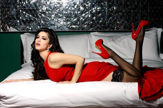 New-Jism-2-stills-Sunny-Leone-sizzles-in-red-2